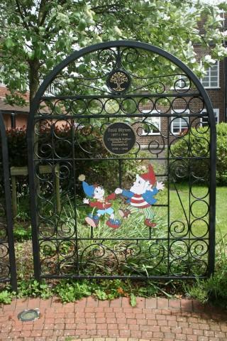 Plaque on Council Green, Beaconsfield | Kari Dorme