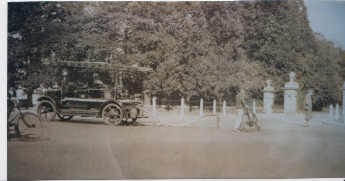 Photograph of early Beaconsfield fire engine | unknown